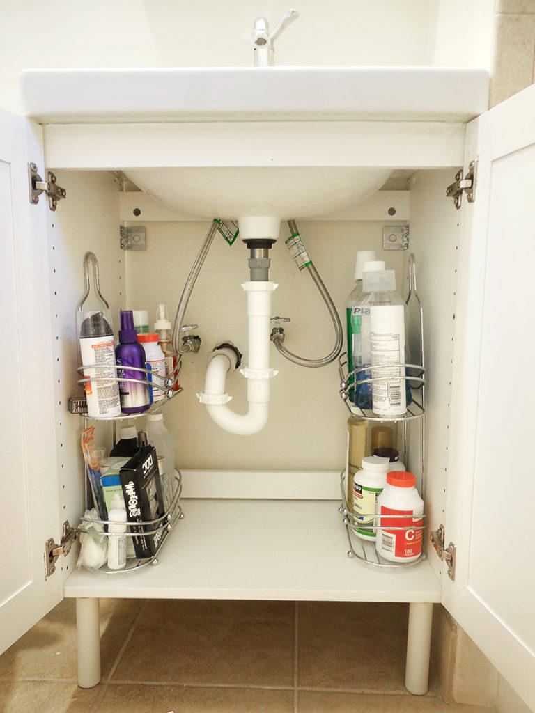 15 trucs de rangement bien rus s pour votre salle de bain chasseurs d 39 astuces. Black Bedroom Furniture Sets. Home Design Ideas