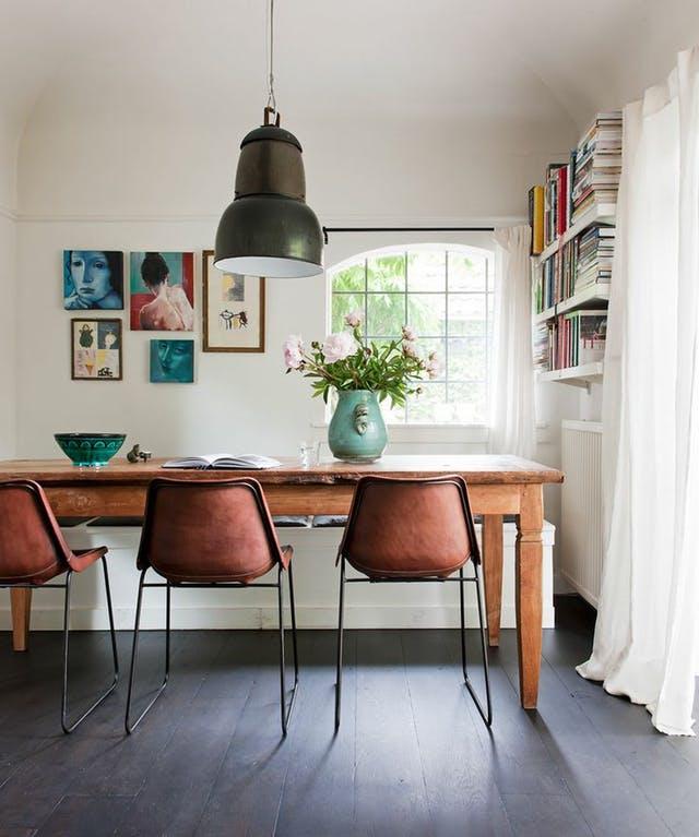 15 endroits parfaits pour y glisser des tag res murales pour les petites pi ces. Black Bedroom Furniture Sets. Home Design Ideas